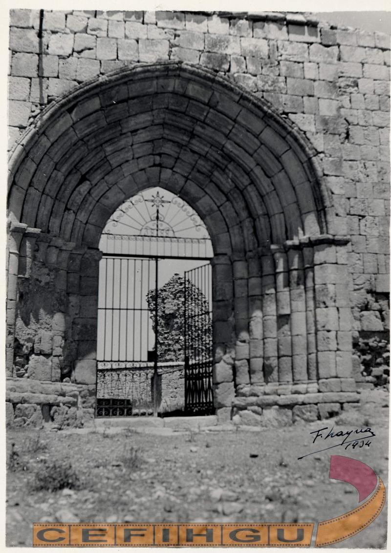 Puerta del medio día, de la derruida iglesia de Santa María de la Varga ( s. XIII )